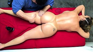 Voluptuous brunette mom has a masseur devouring her peach